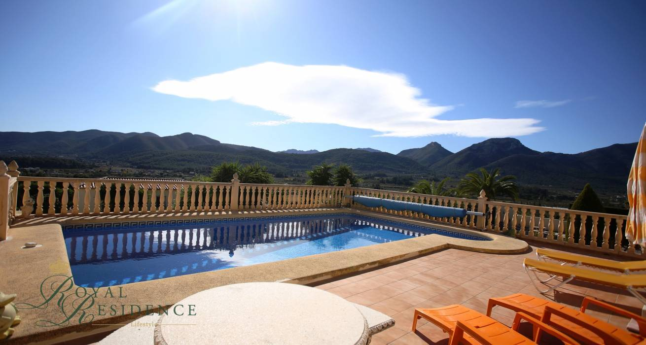 Villa with spectacular valley views in Jalon.