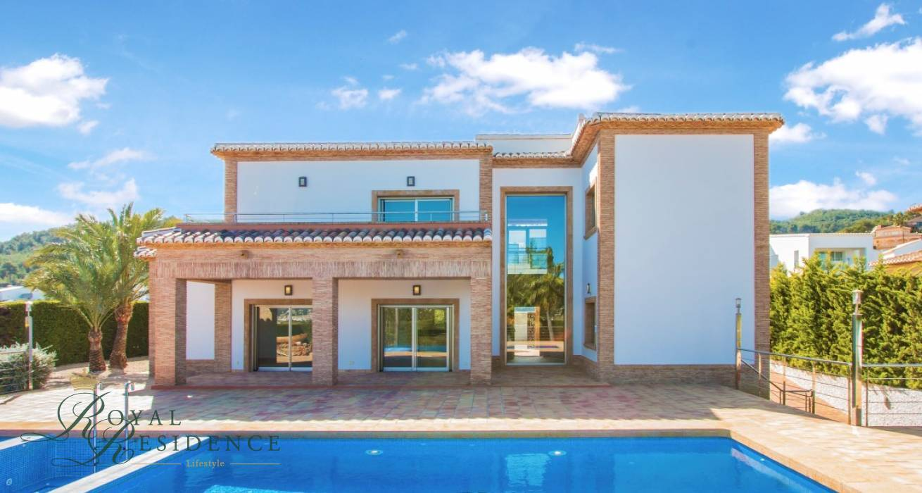 Spacious villa on a short distance from the Arenal in Jávea