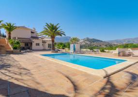 Large family villa with tennis court in Calpe