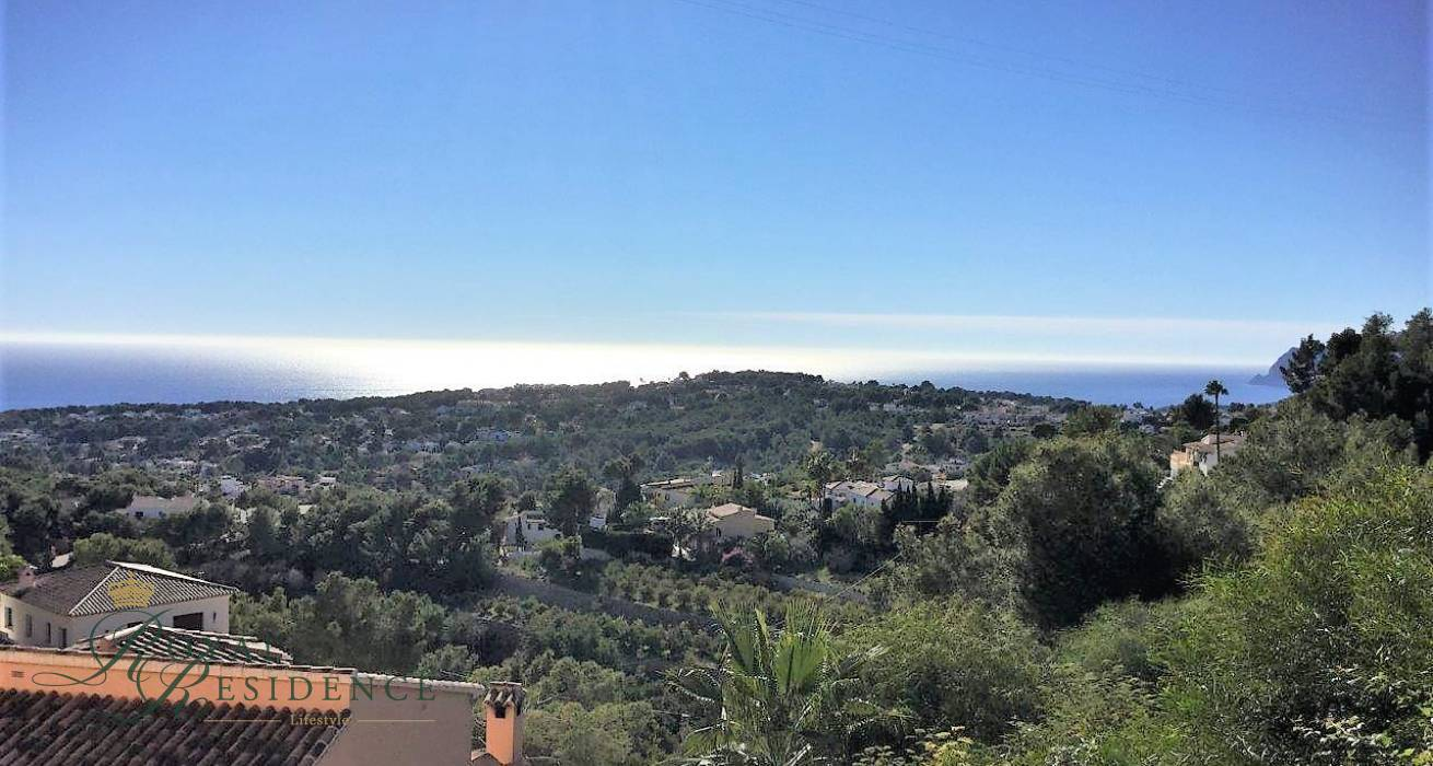 Building plot in Moraira with sea views