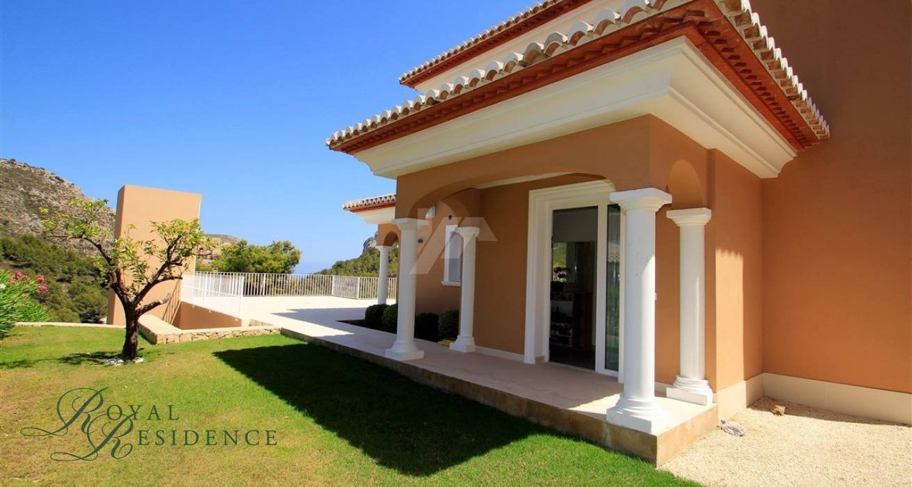 Modern recently built villa in Moraira